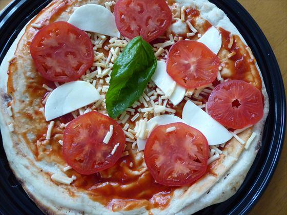 プラスチックトレーにのったピザ