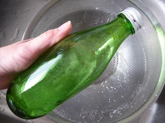 瓶に水と卵の殻を入れて振ったところ