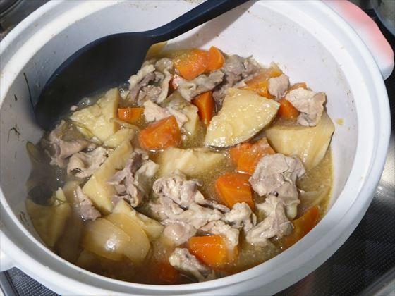 肉じゃが入った土鍋