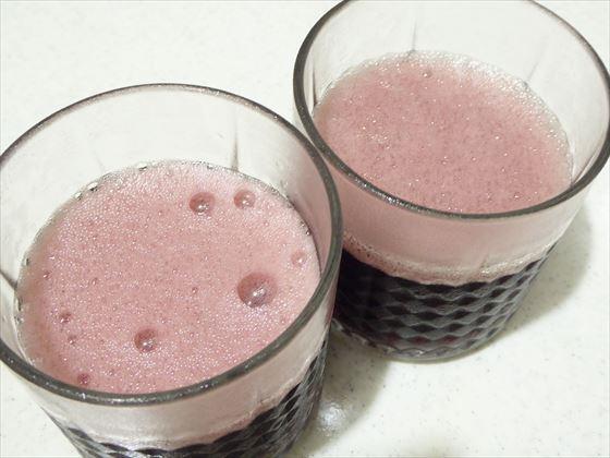 泡が立つ赤ワイン