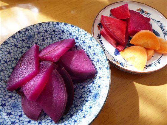 皿に盛った赤カブの煮物と赤カブのピクルス