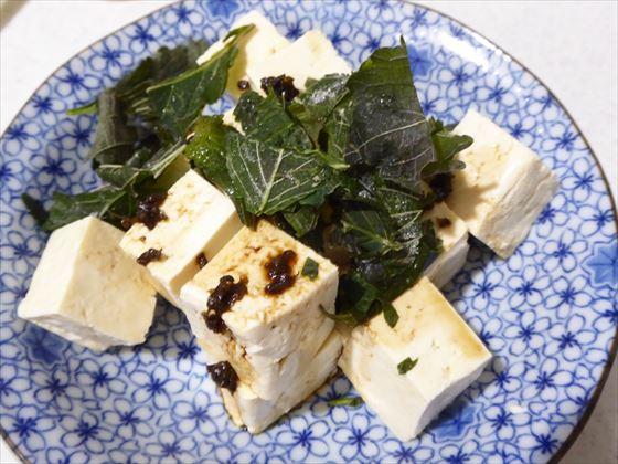 さいの目に切って皿に盛った豆腐