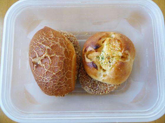 コンテナに入ったパン4個