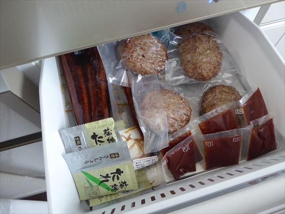 冷凍庫に入っているハンバーグとうなぎ