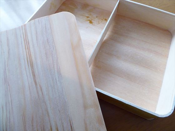 食べ終わり空になった経木でできた弁当箱