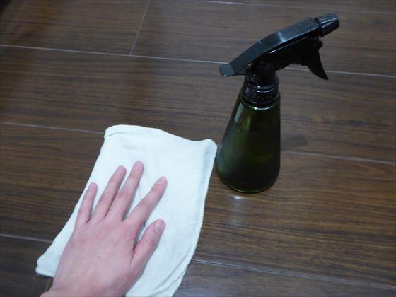 重曹水で床を拭いている様子