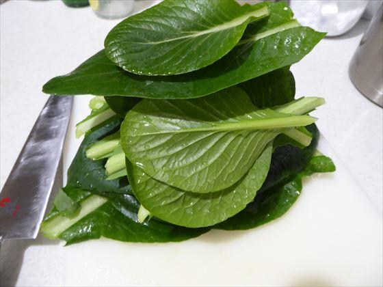 小松菜の葉を切るところ