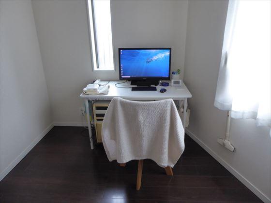 部屋にあるパソコンと椅子