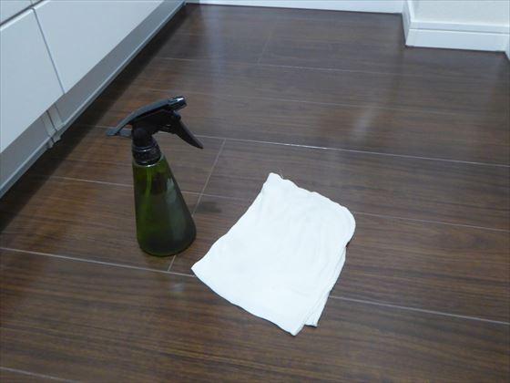 雑巾で床を拭いているところ