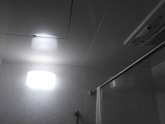 浴室の電気をつけているところ