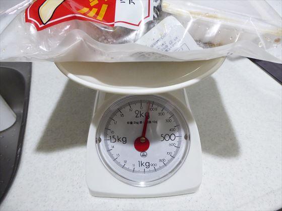 ミックスナッツの袋にごみを詰めて計量している様子
