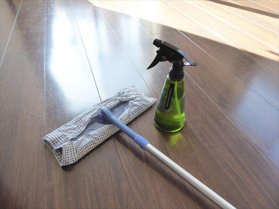 床を拭いているところ
