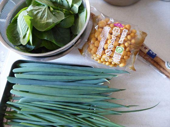 収穫したねぎと小松菜と、買ってきたなめことごぼう