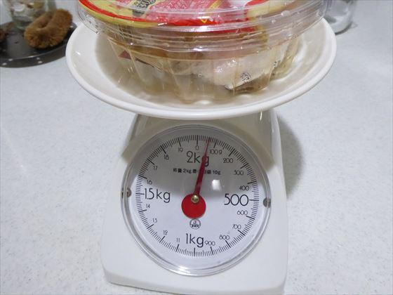 キムチの容器にごみを入れて計量しているところ