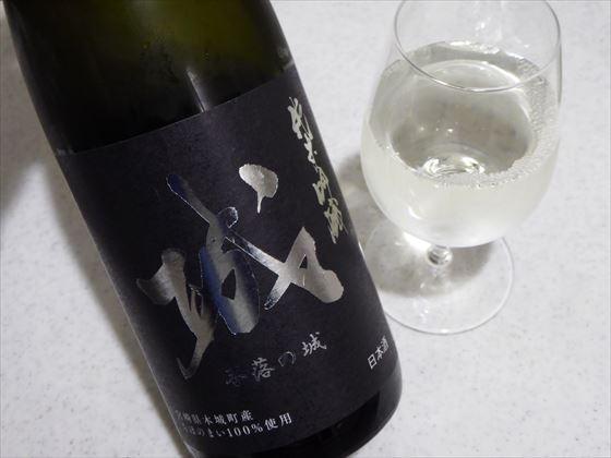 日本酒の瓶とグラスに注いだ日本酒