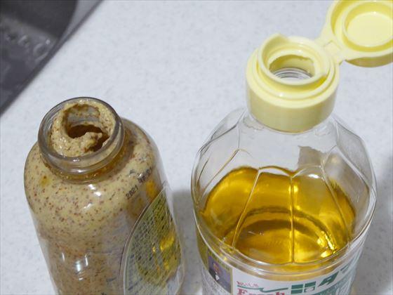 綺麗に使い切れなさそうな粒マスタードの容器とお酢の瓶