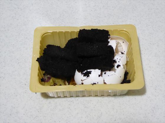豆腐パックに入った生ごみは茶葉、りんごの芯と種、さつまいものしっぽ、卵の殻