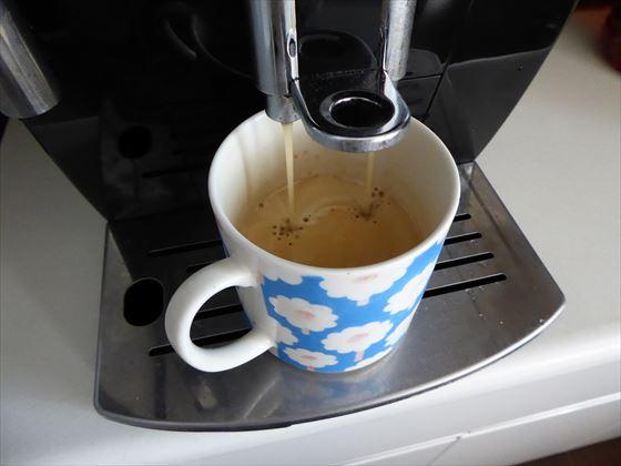 コーヒーを入れているところ
