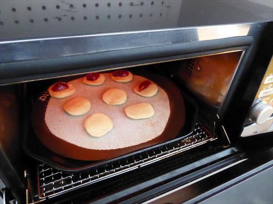 クッキーを焼いているところ