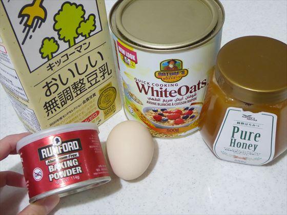 パンケーキの材料、オートミール、豆乳、はちみつ、卵、ベーキングパウダーの缶