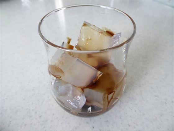 グラスに盛って寒天に黒蜜をかけたところ