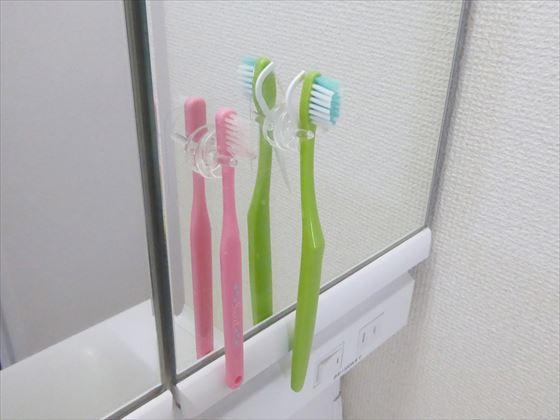 洗面台の鏡に張り付いている歯ブラシ2本