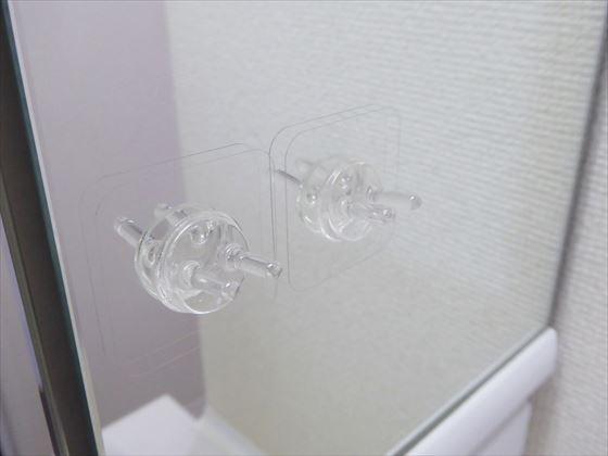 透明でプラスチックの突起でできている歯ブラシホルダー