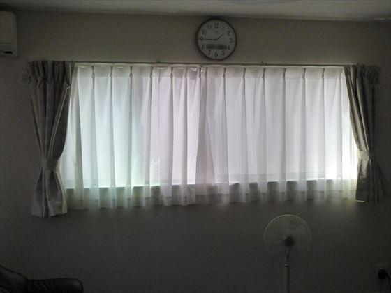 直射日光が入らない窓、レースカーテンを引いてある様子