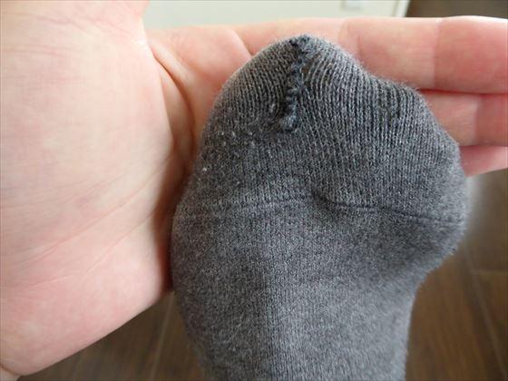つま先に空いた穴を縫った靴下のつま先