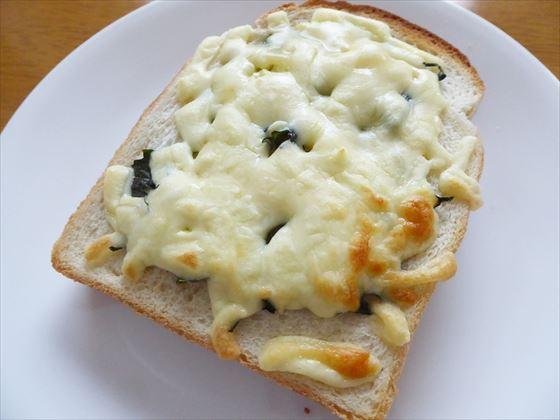 皿にのった青じそチーズトースト