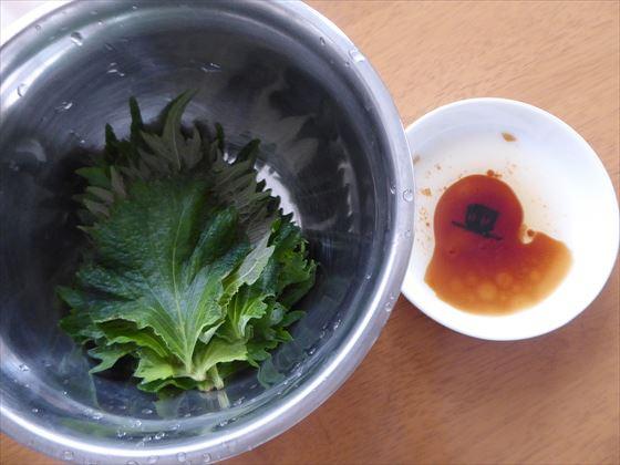 ミニボウルに入った青じそと小皿にごま油と醤油が入っている
