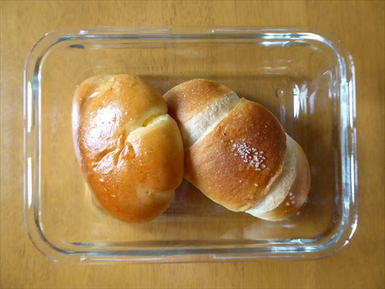 ガラス容器に入ったクリームパンと塩バターロール