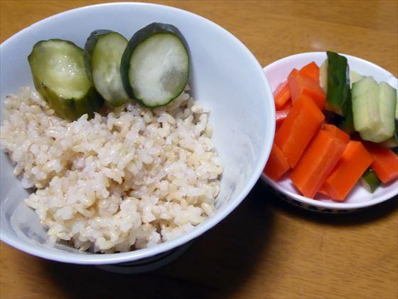 茶碗に盛った玄米とぬか漬け、小皿に盛ったピクルス