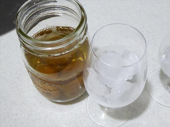 芋焼酎梅酒の瓶とグラス