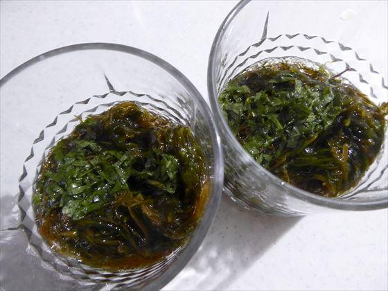 グラスにもずく酢が入っている様子、味付けは手作り青じそドレッシング