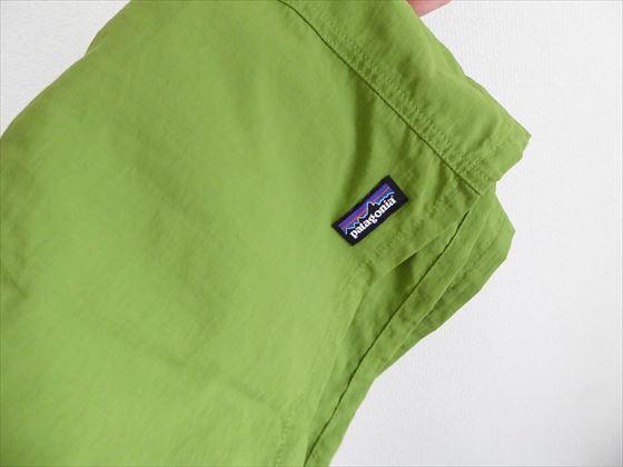 パタゴニアのロゴが入った緑の短パン