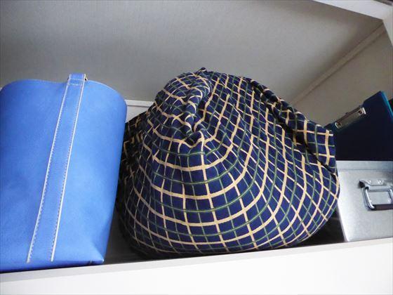 右の天袋の様子、青いバッグとトタンケースも置いてある