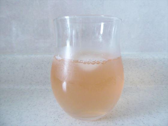 グラスに入れた青じそジュース