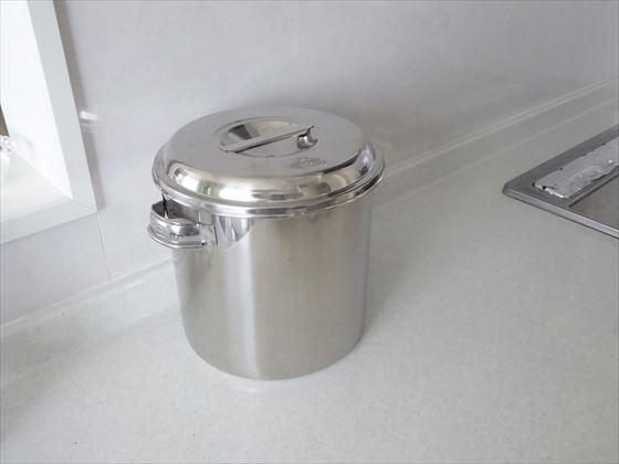 キッチンに置かれている生ごみの一時保管容器