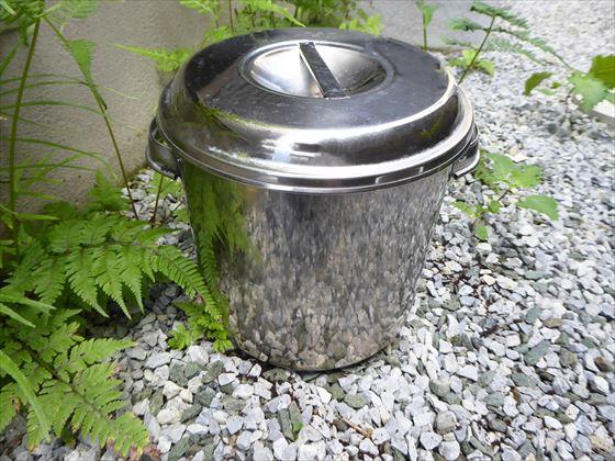 庭に置いたステンレス容器