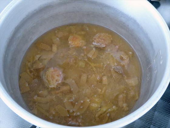 しばらく煮て、水が色づいて皮がトロッとしてきた様子
