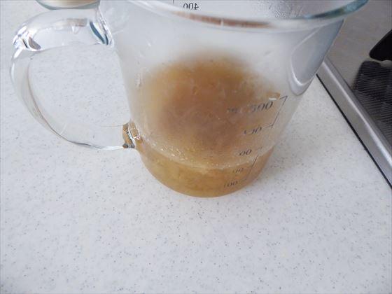 計量カップに移した果肉が入った液