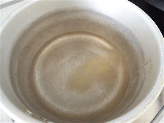 鍋に水と寒天を入れたところ