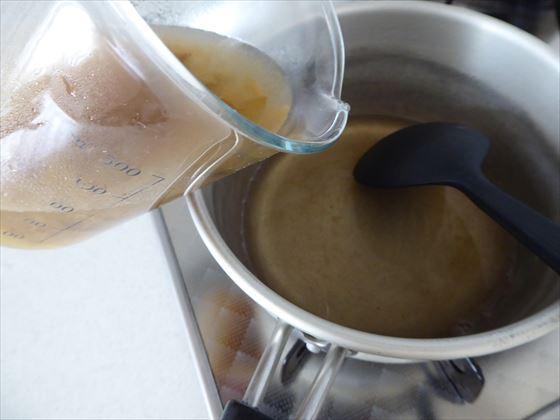 溶かした寒天液に果肉が入った液を入れる様子