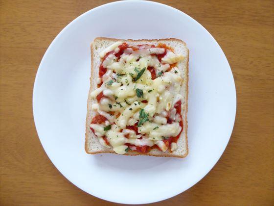 皿にのせたピザトースト