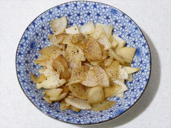 青い皿に盛った大根のバター醤油炒め