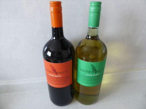 オレンジ色のラベルの赤ワインと緑色のラベルの白ワインの瓶
