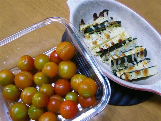 ガラス容器に入ったトマトとグラタン皿で焼いたズッキーニ