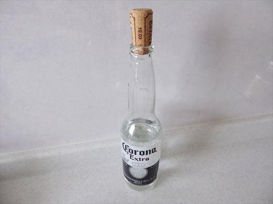 コロナビールの空き瓶にコルクで蓋をした様子