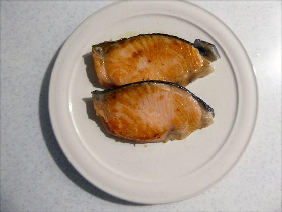 焼いて皿にのせた鮭